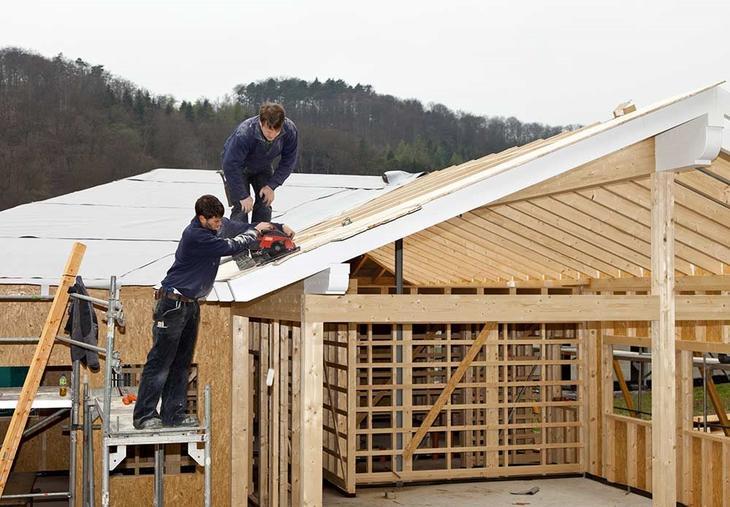 Bilde av noen som bygger et hus