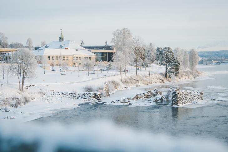 Viser bilde av Glomma på vinterstid med Kongsvinger i bakgrunnen