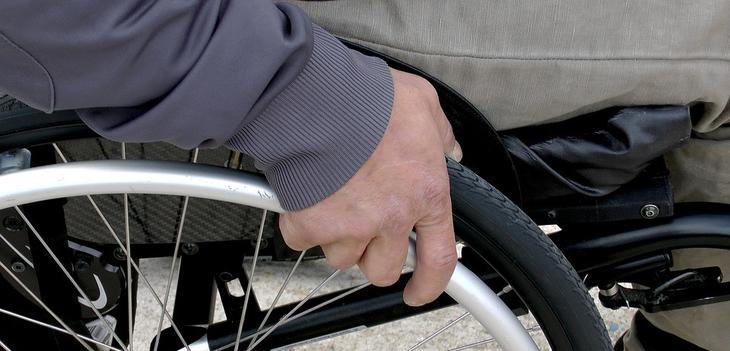 Viser bilde av en mann som sitter i rullestol