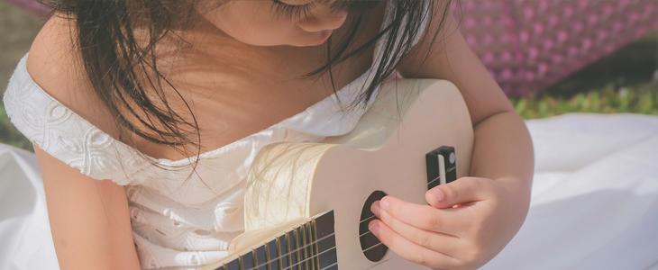 Viser bilde av jente som spiller på en ukulele