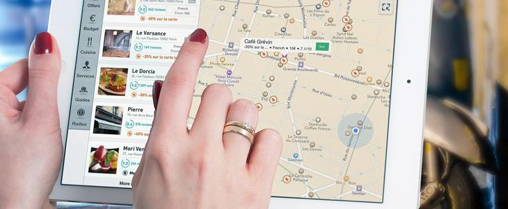 Bildet av noen som klikker på et kart på et nettbrett