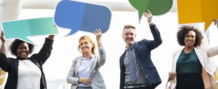 Bildet viser fire mennesker som holder opp tomme snakkebobler