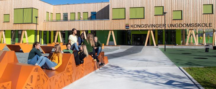 Bildet viser ungdom som sitter foran Kongsvingers nye ungdomsskole