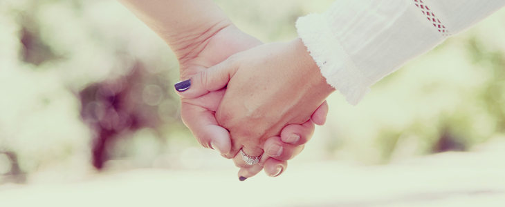 bilde av to hender som holder hverandre