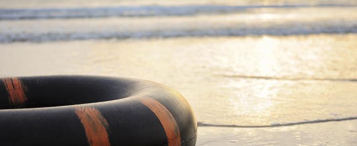 bilde av et stille vann med en redningsbøye