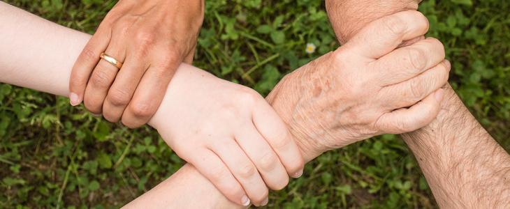 Fire hender som holder hverandre