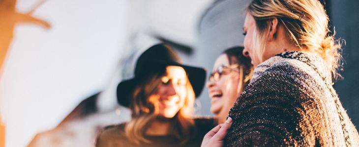 Bilde av tre damer som snakker og ler
