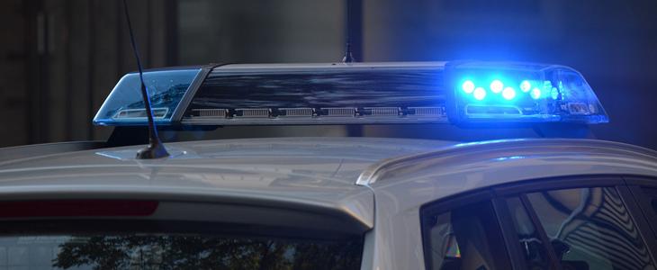 Bilde av en politibil med sirener
