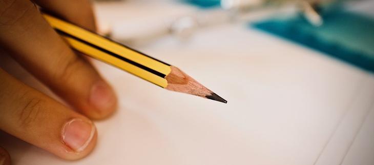 Bilde av en blyant som blir brukt til å skrive med.