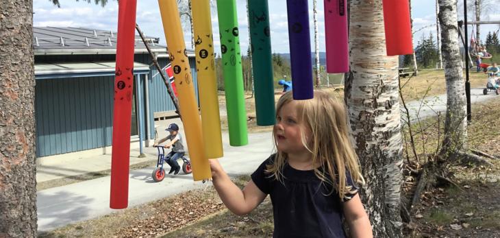 Viser bilde av barn som leker i barnehagen