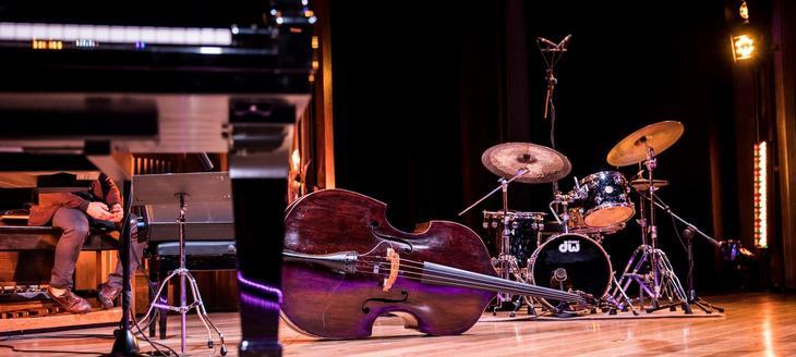 Viser bilde av instrumenter på en scene