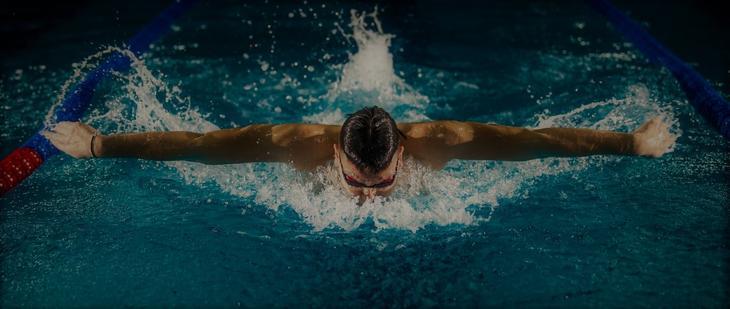 Viser bilde av en mann som svømmer