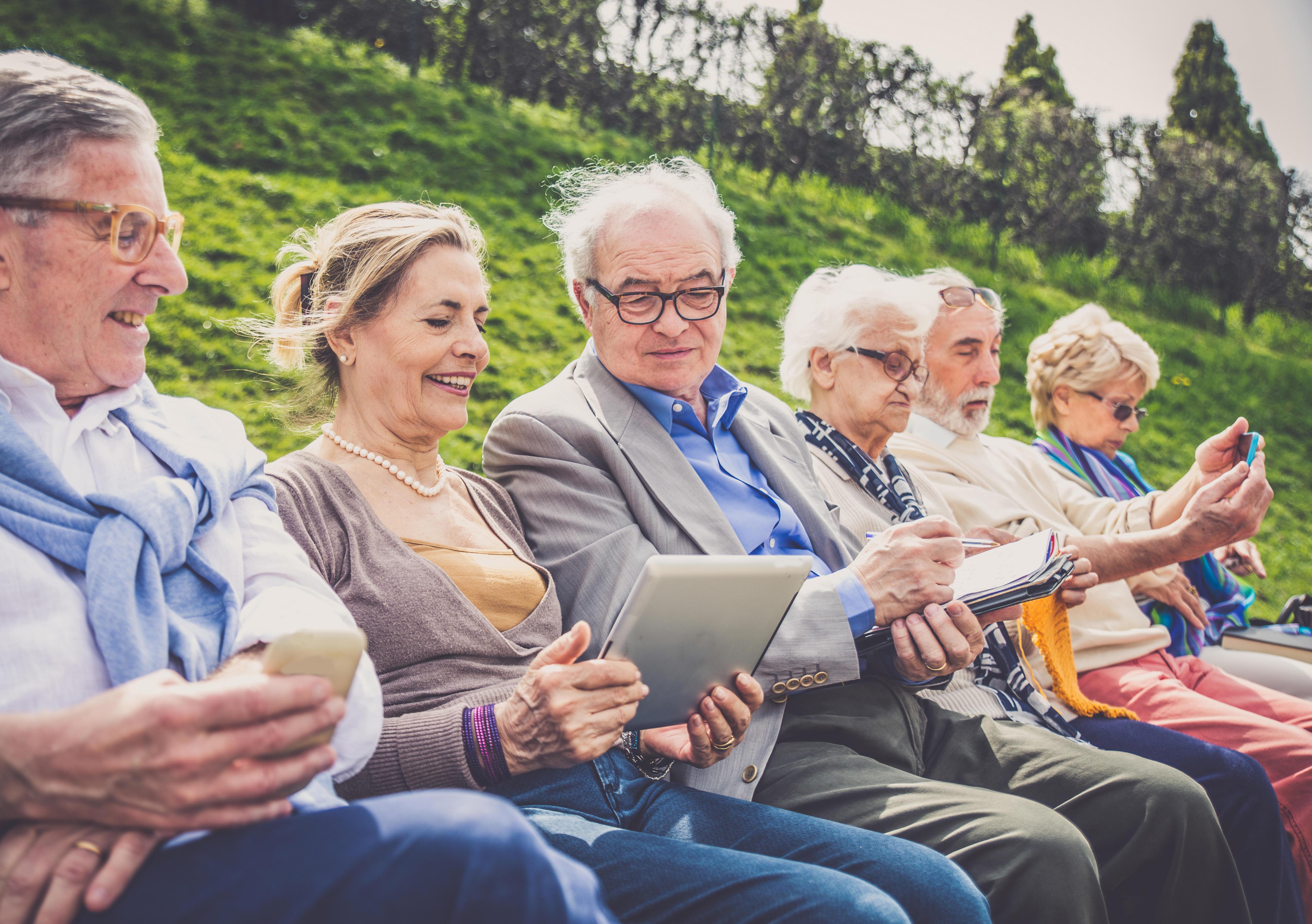 Bilde av eldre mennesker på en benk